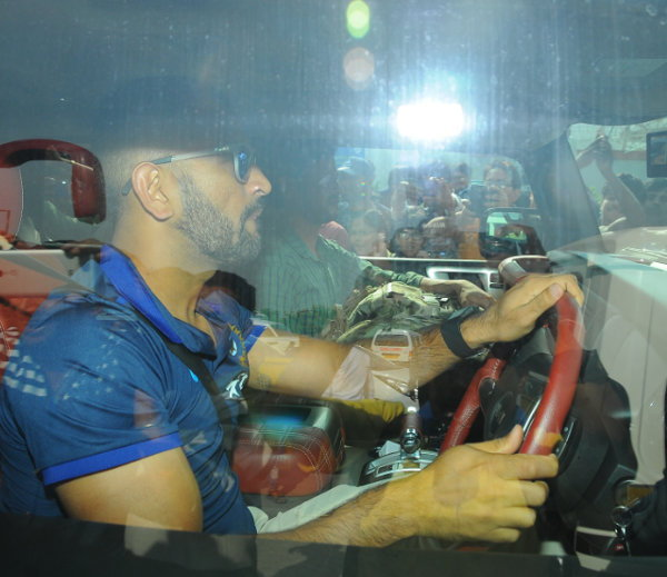 dhoni_in_hummer_3_1477375
