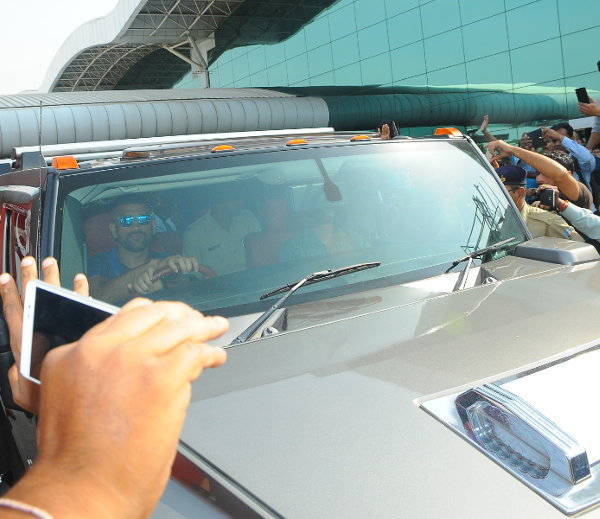 dhoni_in_hummer_7_1477375