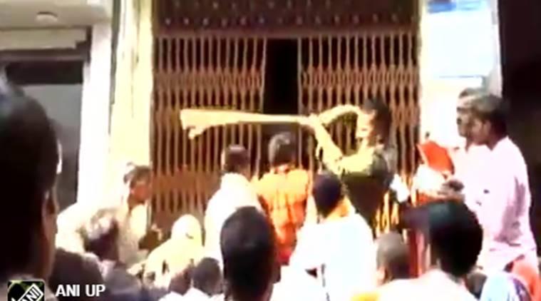 ബാങ്കില് ക്യൂ നിന്നവര്ക്കു പൊലീസിന്റെ ക്രൂര മര്ദ്ദനം