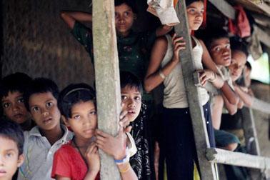 മ്യാന്മര് സേനയെ പേടിച്ച് റോഹിന്ഗ്യാ മുസ്്ലിംകളുടെ കൂട്ടപലായനം