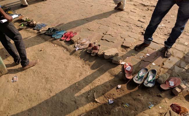 മോദി ദത്തെടുത്ത ഗ്രാമത്തില് ക്യൂ നില്ക്കുന്നത് ചെരുപ്പുകള്