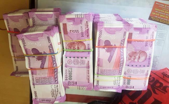 ഗുജറാത്തില്  76 ലക്ഷം രൂപയുടെ പുതിയ 2000ത്തിന്റെ നോട്ടുകള് പിടികൂടി