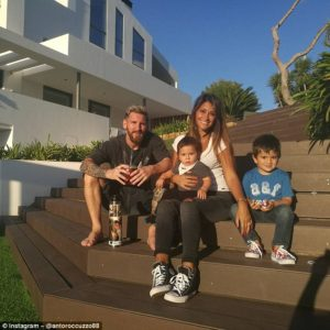 3b671c9600000578-4036102-the_couple_pose_with_their_two_children_mateo_one_and_thiago_fou-a-5_1481798962976