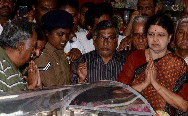 ശശികല പാര്ട്ടി ജനറല് സെക്രട്ടറി സ്ഥാനത്തേക്ക്: പ്രതിഷേധവുമായി ഒരു വിഭാഗം