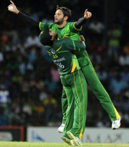 Pakistan cricketers Shahid Afridi (R) an