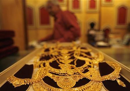 Gold jewellery is displayed at a jewellery shop in Kolkata December 15, 2009. REUTERS/Parth Sanyal/fILES
