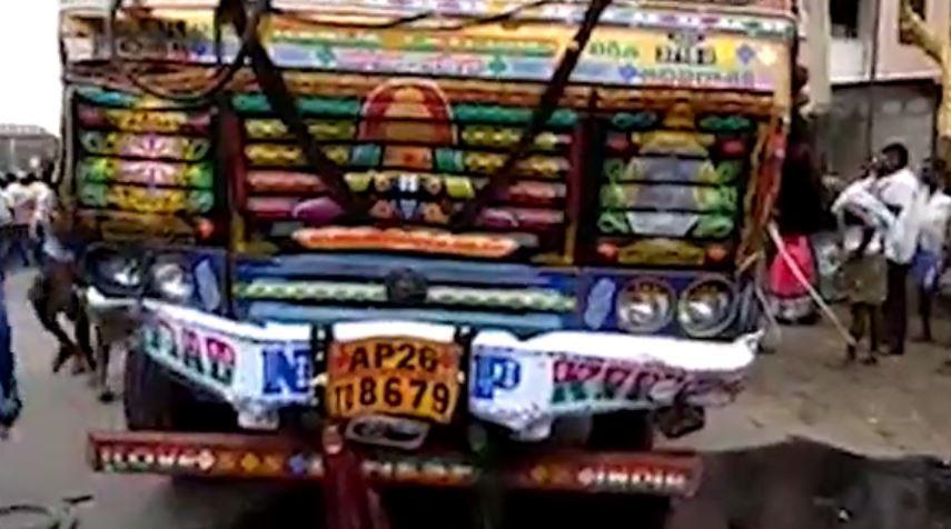 ചിറ്റൂരില് ലോറി  പാഞ്ഞുകേറി 20 കര്ഷകര് മരിച്ചു