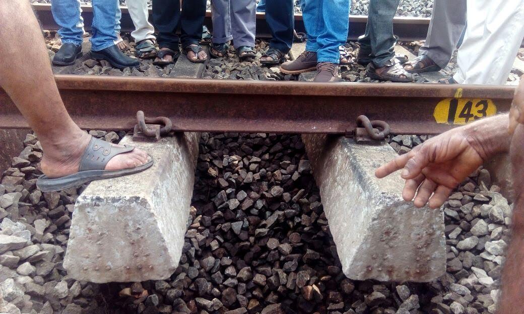 കാസര്കോട് ചിത്താരിയില് റെയില്വെ  ട്രാക്കില് ഗര്ത്തം : മലബാര് എക്സ്പ്രസ്  രക്ഷപ്പെട്ടത് തലനാരിഴക്ക്