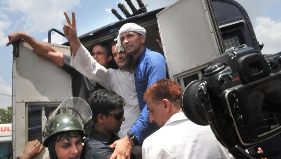mandsaur-supporters-faruqui-detained-congress-mandsaur-president_15d825a8-4c32-11e7-942b-1b07039b2a8c