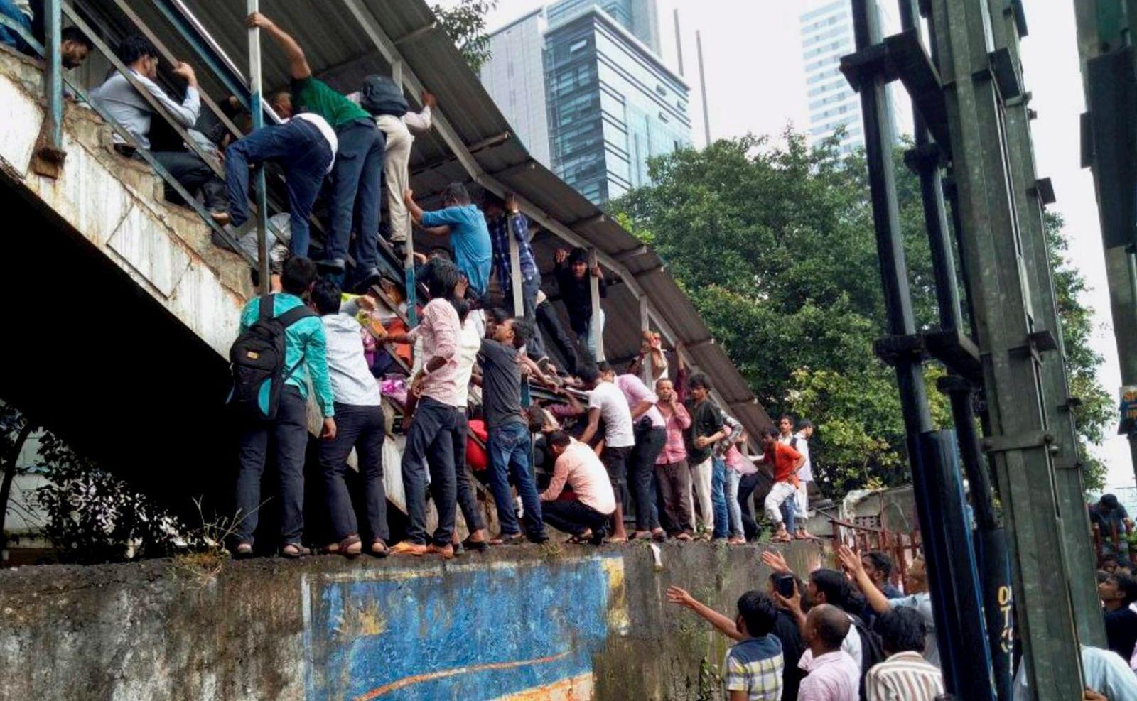 മുംബൈ റെയില്വെ സ്റ്റേഷന് അപകടം: കേന്ദ്ര സര്ക്കാറിനെതിരെ പ്രതിഷേധം ആളിക്കത്തുന്നു