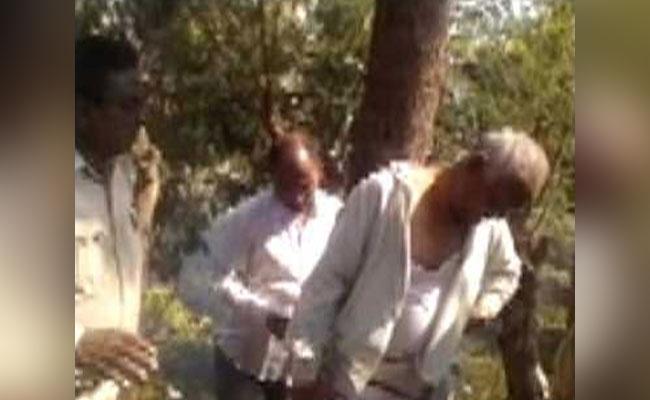 ബിജെപി കൗണ്സിലറെ  ജനക്കൂട്ടം കെട്ടിയിട്ട് മര്ദ്ദിച്ചു
