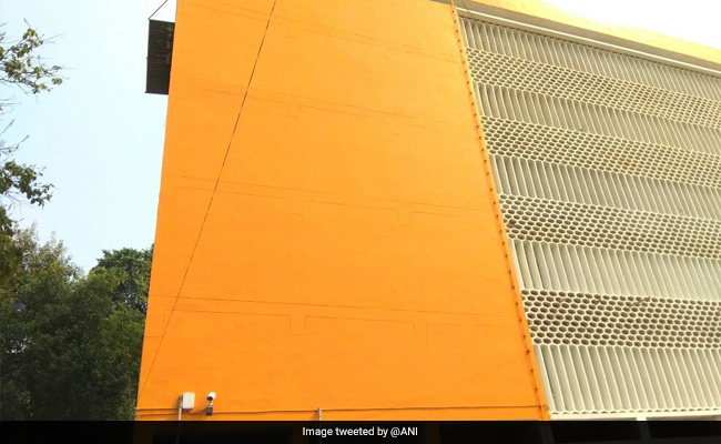 ബസുകള്ക്ക് പിന്നാലെ സര്ക്കാര് ആസ്ഥാന മന്ദിരത്തിനും കാവി പൂശി യോഗി ആദിത്യനാഥ്