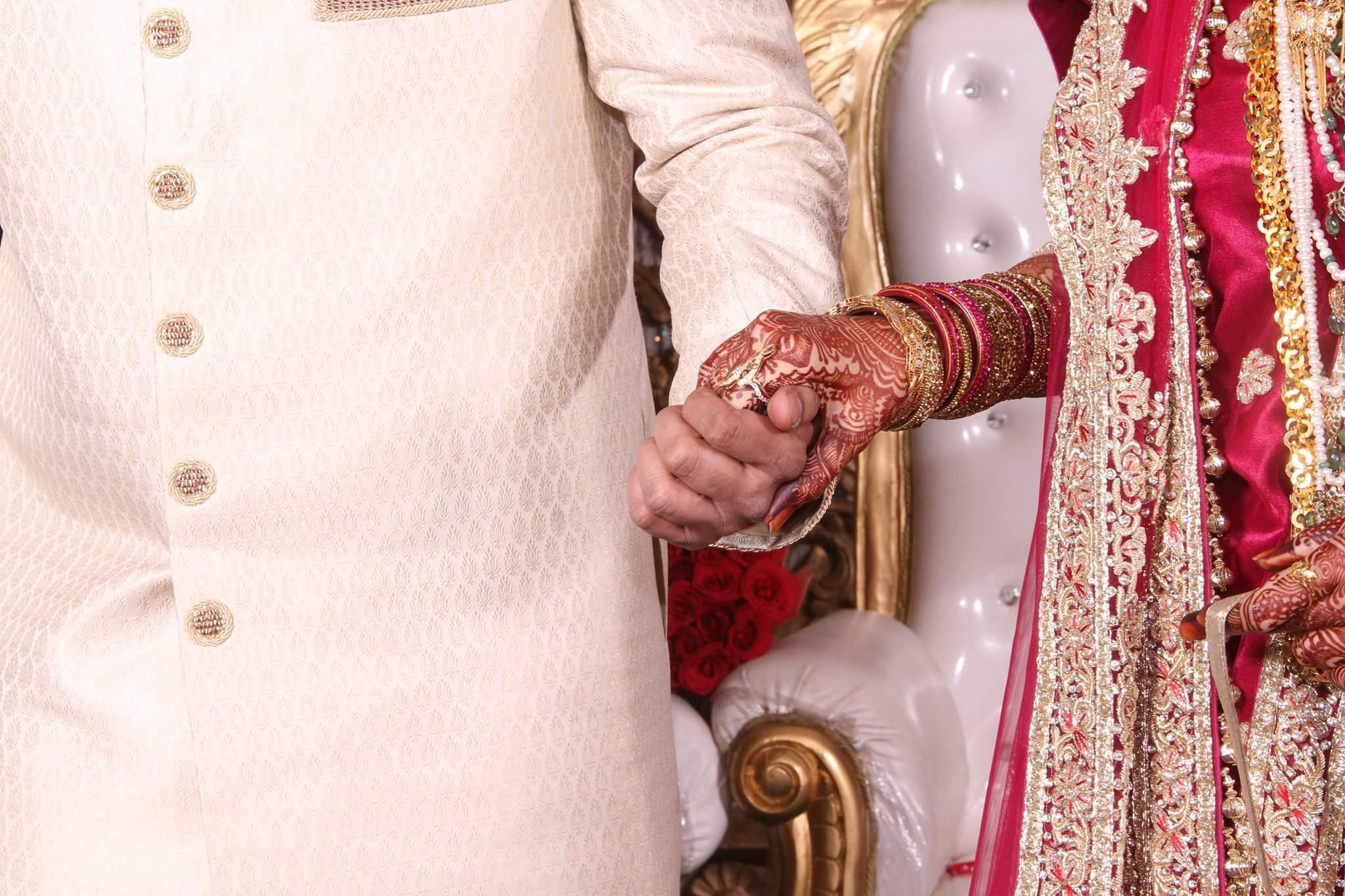 അധ്യാപകരുടെ പ്രണയ വിവാഹം; കുട്ടികളെ വഴിതെറ്റിക്കുമെന്നാരോപിച്ച് ജോലിയില് നിന്ന് പിരിച്ചുവിട്ടു