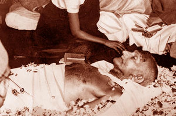 ഗോഡ്സെയെ തൊഴുതിട്ട് അവര് ഗാന്ധിയുടെ ഫോട്ടോയില് മാല ചാര്ത്താന് പോകും