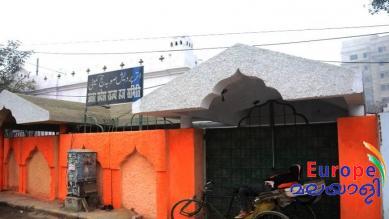 പ്രതിഷേധമുയര്ന്നതോടെ കാവി മാറ്റി വെള്ളയാക്കി, യുപിയില് പജ്ജ് ഹൗസിന് വെള്ള പെയിന്റടിച്ച് സര്ക്കാര്