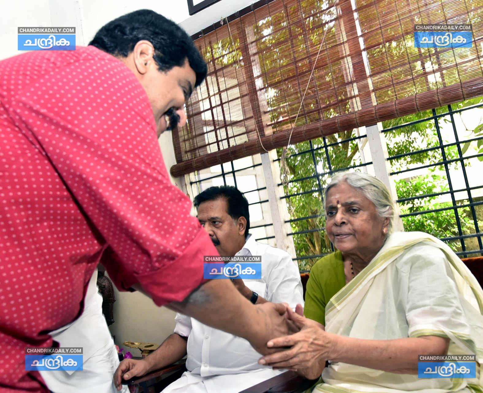 സുഗതകുമാരി ടീച്ചര്ക്ക് 84ന്റെ പിറന്നാള് മധുരം; മലയാളത്തിന്റെ എഴുത്തമ്മക്ക് ആശംസകളുമായി പ്രമുഖര്