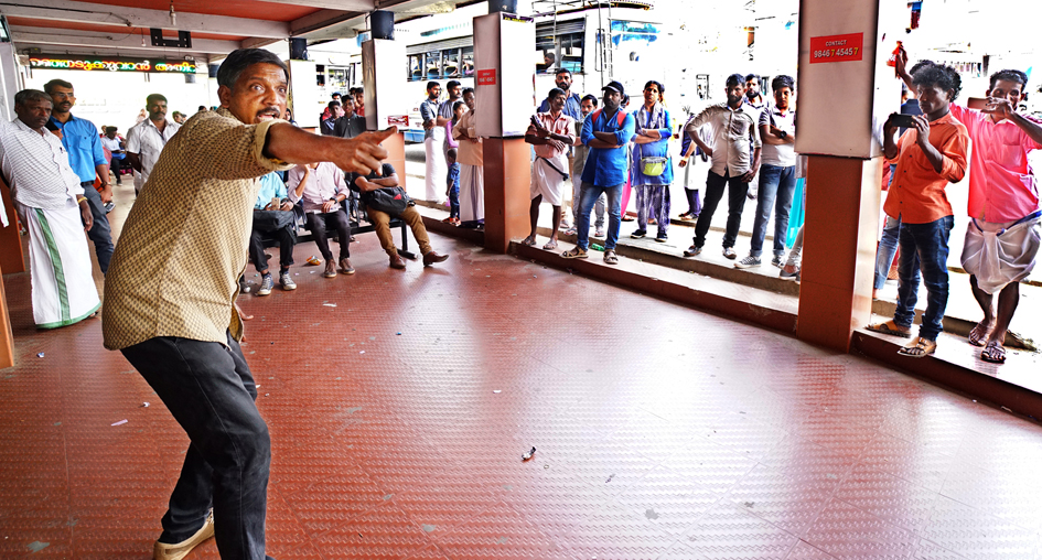 ഫാസിസത്തിനെതിരെ  തെരുവില് ഏകാംഗ നാടകവുമായി സംവിധായകന് മനോജ് കാന