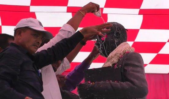 അംബേദ്കര് പ്രതിമയില് മേനക ഗാന്ധിയുടെ പുഷ്പാര്ച്ചന:   വൃത്തിയാക്കല് ചടങ്ങ് നടത്തി ദലിത് സംഘടനകള്