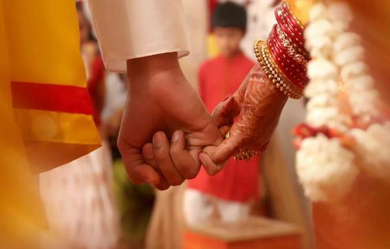 ഒളിച്ചോടി വിവാഹം ചെയ്താല് ഭാര്യക്ക് ഫിക്സഡ് ഡിപ്പോസിറ്റ് തുടങ്ങണമെന്ന് ഹൈക്കോടതി ഉത്തരവ്